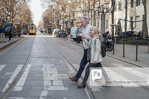 Älteres Ehepaar überquert Straße in der Stadt