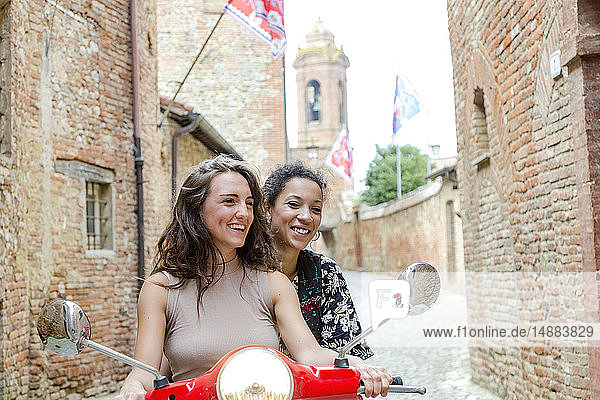 Freunde erkunden auf dem Roller  Città della Pieve  Umbrien  Italien