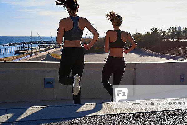 Freunde joggen im Sportstadion die Treppe hinunter