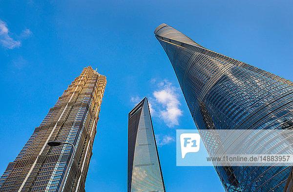 Jin-Mao-Turm  Shanghai-Turm  Weltfinanzzentrum Shanghai gegen blauen Himmel  Blick aus niedrigem Winkel  Shanghai  China