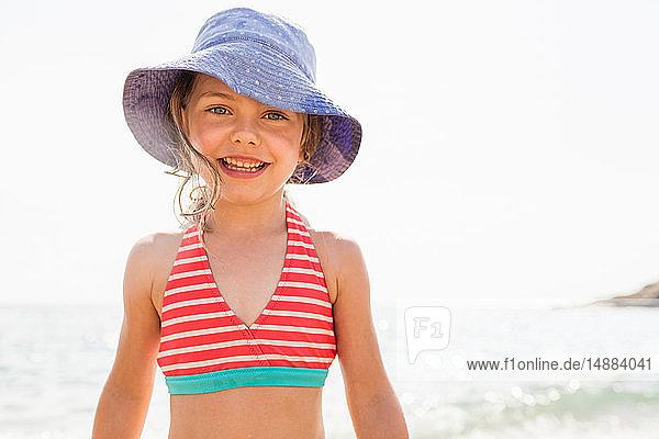 Süßes Mädchen im Sonnenhut am Strand  Porträt  Portoferraio  Toskana  Italien
