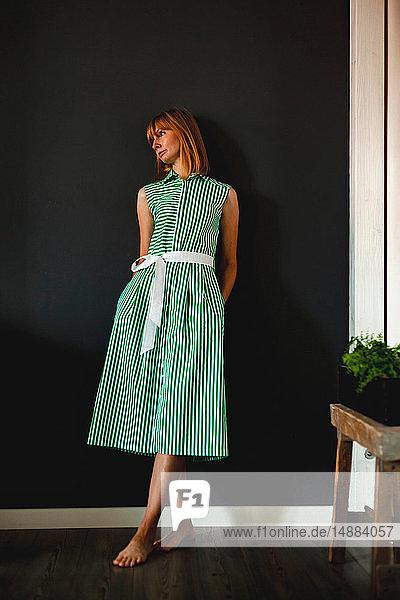Frau im grünen Sommerkleid