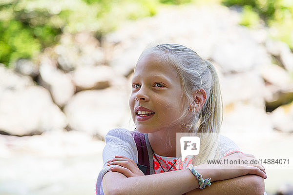 Blondhaariges Mädchen mit verschränkten Armen  Kopf und Schulterporträt