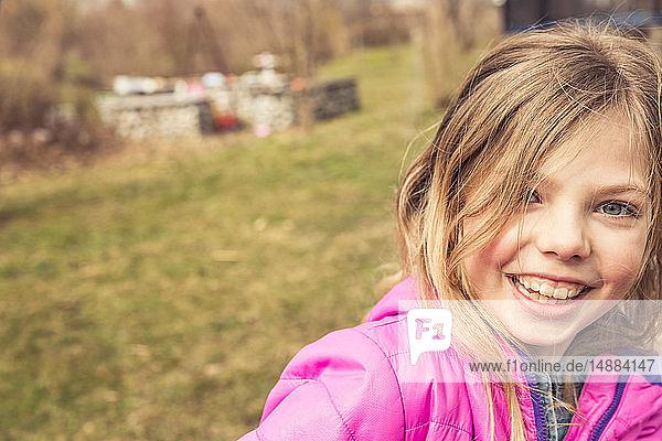 Blondes Mädchen im Feld  Porträt