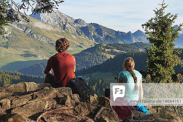 Wanderer mit Blick auf die Berge  Manigod  Rhône-Alpes  Frankreich
