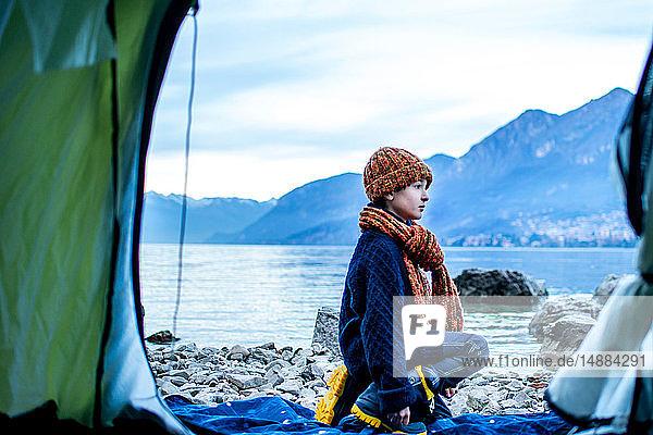 Junge vor dem Zelt am Seeufer  Comer See  Onno  Lombardei  Italien