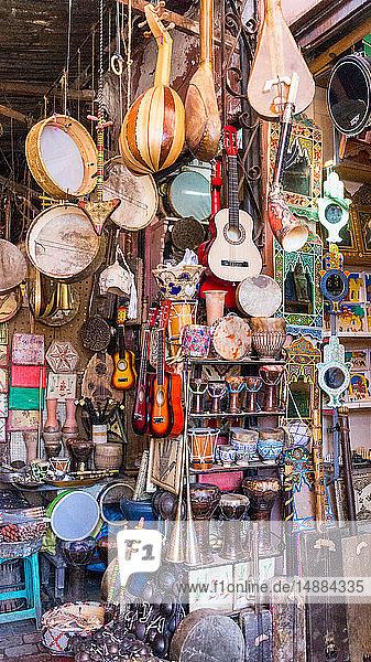 Geschäft voller traditioneller Musikinstrumente  Marrakesch  Marokko