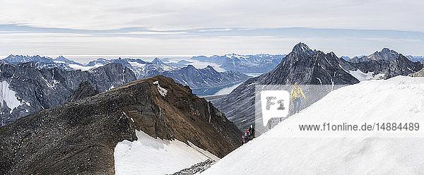 Grönland  Sermersooq  Kulusuk  Schweizer Alpen  Wandergruppe in verschneiter Berglandschaft