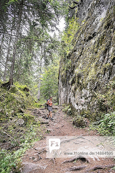 Schweiz  Wallis  Frau bei einer Wanderung auf dem Massaweg