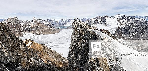 Grönland  Sermersooq  Kulusuk  Schweizer Alpen  Gruppe von Bergsteigern auf dem Gipfel