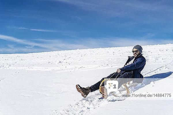 Deutschland  Bayern  Brauneck  Schlittenfahren im Winter in den Bergen