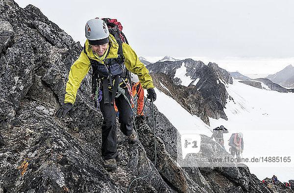 Grönland  Sermersooq  Kulusuk  Schweizer Alpen  Bergsteiger bei der Besteigung eines felsigen Berges