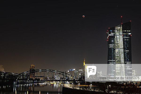 Deutschland  Frankfurt am Main  Blick auf die beleuchtete Skyline und die Europäische Zentralbank bei totaler Mondfinsternis