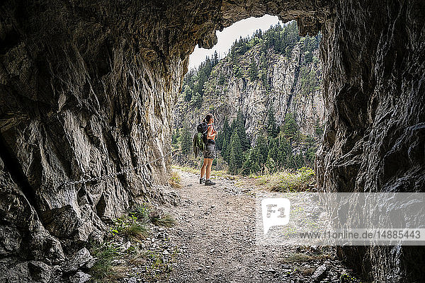 Schweiz  Wallis  Frau auf einer Wanderung auf dem Massaweg an einer Felspassage