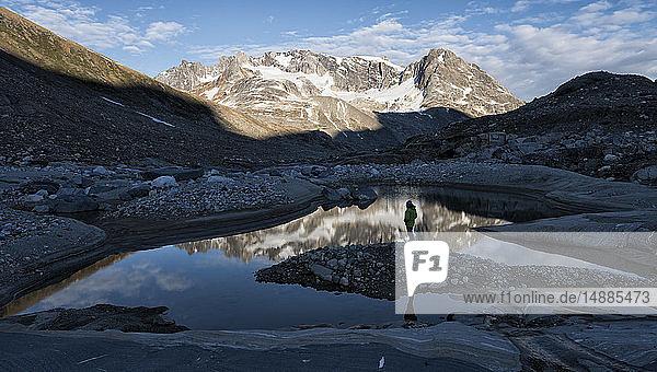 Grönland  Sermersooq  Kulusuk  Schweizer Alpen  Berge  die sich im Wasser spiegeln