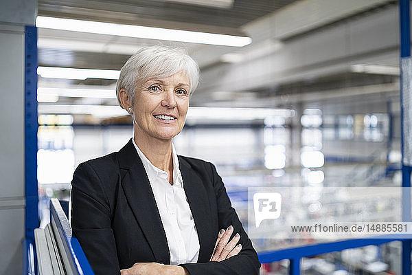 Porträt einer selbstbewussten älteren Geschäftsfrau in einer Fabrik