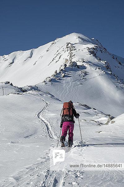 Schweiz  Bagnes  Cabane Marcel Brunet  Mont Rogneux  Frau beim Skitourengehen in den Bergen
