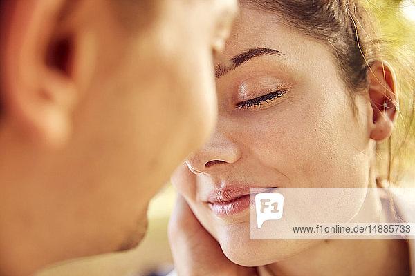 Zärtliches junges verliebtes Paar im Freien