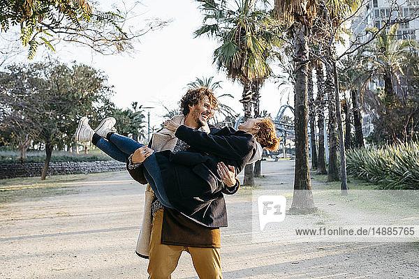 Glücklicher Mann mit seiner Freundin in der Stadt