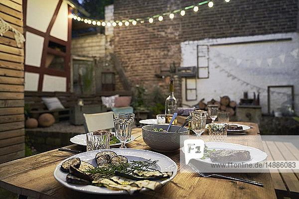 Gedeckter Tisch für ein Barbecue im Hinterhof