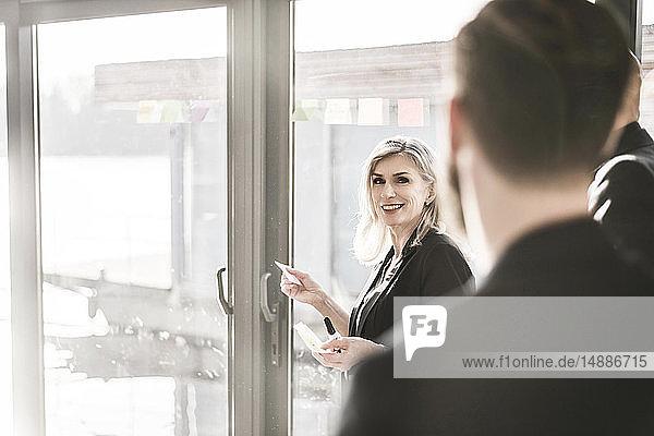 Geschäftsleute  die in ihrem Büro eine Besprechung abhalten