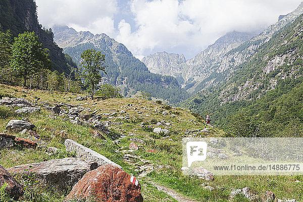 Schweiz  Tessin  Region Verzascatal  Redorta-Tal  Frau auf einem Wanderweg