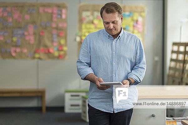 Geschäftsmann mit Tablet im Büro