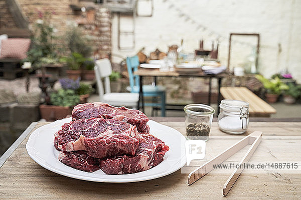 Barbecue im Hinterhof  Steaks auf dem Teller
