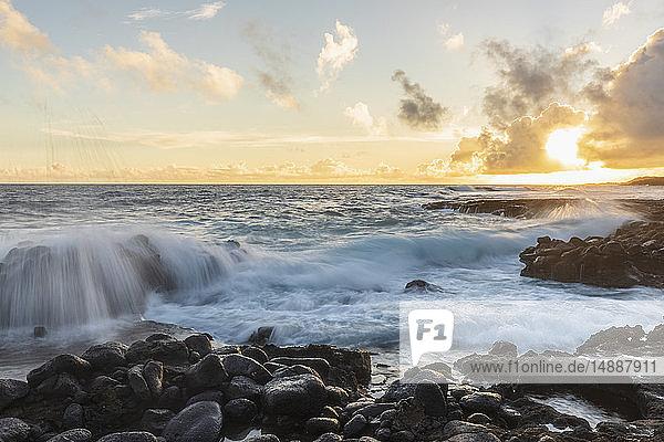 USA  Hawaii  Kauai  Pazifischer Ozean  Südküste  Kukuiula-Bucht bei Sonnenuntergang