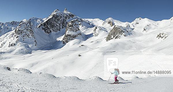 Schweiz  Grand-Saint-Bernard-Pass  Pain de Sucre  Mont Fourchon  Frau beim Skitourengehen in den Bergen