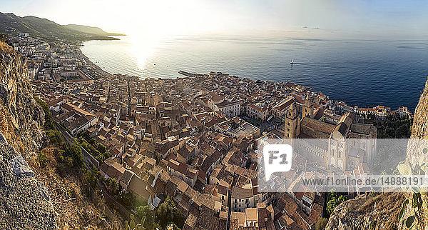 Sizilien  Cefalu  Blick auf die Altstadt von Cefalu von der Rocca di Cefalu