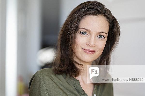 Bildnis einer lächelnden Frau mit braunen Haaren