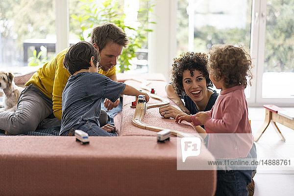 Fröhliche Familie spielt mit ihren Kindern an einem Wochenende