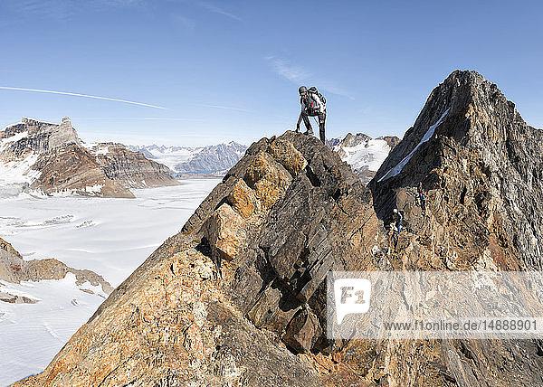 Grönland  Sermersooq  Kulusuk  Schweizer Alpen  Bergsteiger auf dem Gipfel