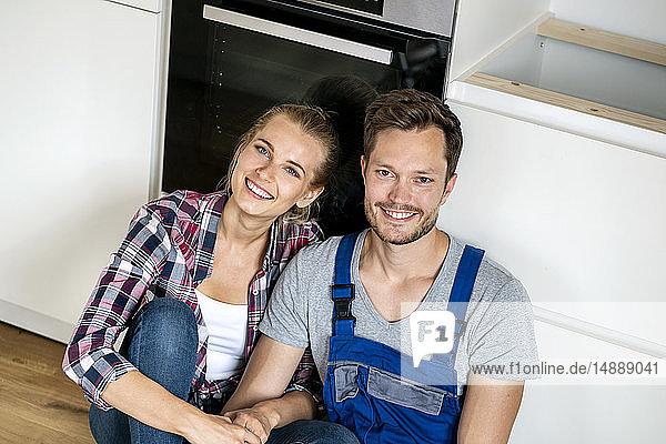 Ehepaar  das die Erben einer Einbauküche zusammenbaut
