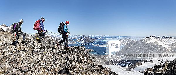 Grönland  Sermersooq  Kulusuk  Schweizer Alpen  Bergsteiger beim Wandern in felsiger Berglandschaft