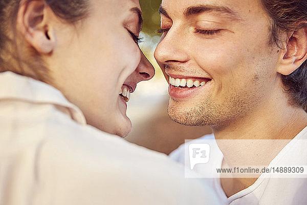 Glückliches  liebevolles junges  verliebtes Paar im Freien