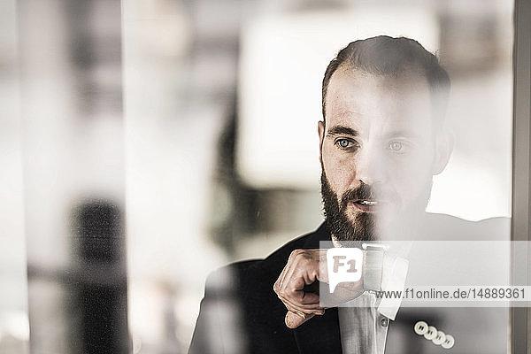 Geschäftsmann mit Smartwatch  Porträt