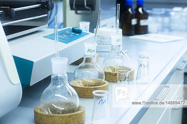 Laborglaswaren auf dem Tisch im Labor