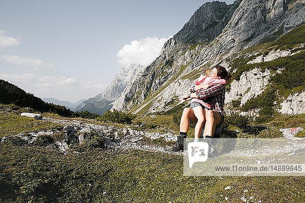 Österreich  Tirol  glückliche Mutter und Tochter umarmen sich in der Berglandschaft