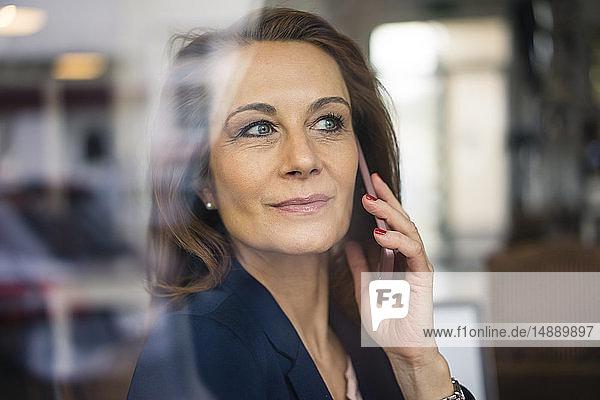 Reife Geschäftsfrau am Telefon