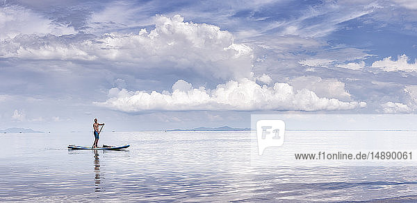 Thailand  Krabi  Lao Liang  Mann im SUP-Vorstand im Ozean Thailand, Krabi, Lao Liang, Mann im SUP-Vorstand im Ozean