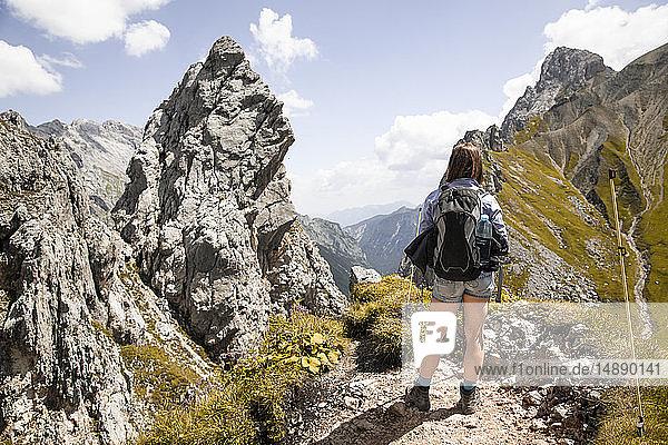 Österreich  Tirol  Frau auf einer Wanderung in den Bergen mit Blick auf die Aussicht