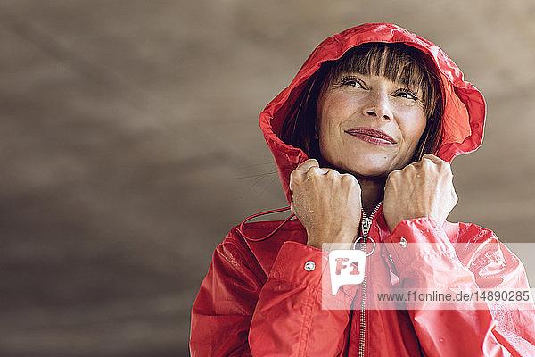 Frau im roten Regenmantel  Porträt