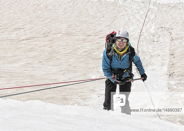 Grönland  Sermersooq  Kulusuk  Schweizer Alpen  Porträt eines lächelnden Bergsteigers im Schnee
