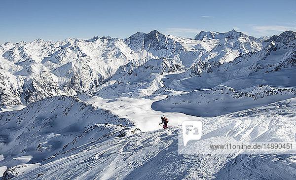 Schweiz  Bagnes  Cabane Marcel Brunet  Mont Rogneux  Frau auf einer Skitour in den Bergen beim Abfahrtslauf