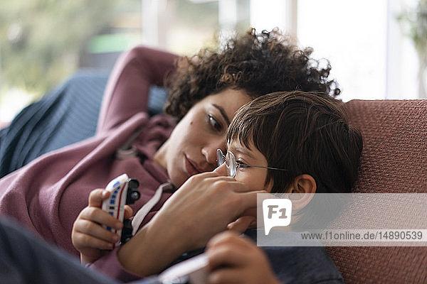 Familienkuscheln auf der Couch