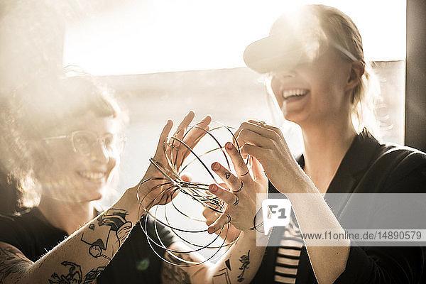 Designer spielt mit Ringformen