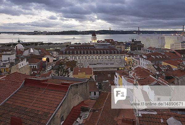 Portugal  Lissabon  Blick auf den Tejo am Abend  von Baixa aus gesehen