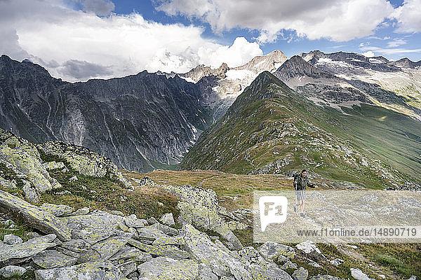 Schweiz  Wallis  Frau auf einer Wanderung in den Bergen Richtung Foggenhorn